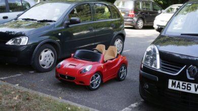 Photo of Video: Se niegan a venderle pizza en el autoservicio por no ir en carro, se va y regresa en uno de juguete