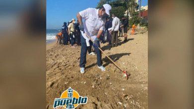 Photo of Medio Ambiente celebra el Día Mundial de la Playa limpiando orilla del Malecón