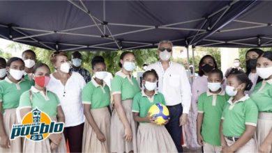 Photo of Ministro Macarrulla dona su salario a equipos deportivos de dos escuelas