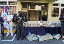 Photo of Autoridades incautan 350 paquetes presumiblemente de cocaína y apresan a dos personas