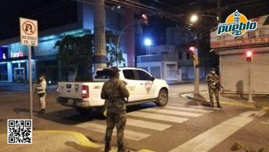 Photo of Dos policías y un camarógrafo resultan heridos durante el toque de queda en La Romana
