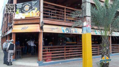 Photo of Autoridades cierran negocios por violar toque de queda en SDE