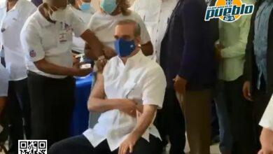 Photo of Abinader recibe segunda dosis de vacuna: «no hay ninguna razón para no vacunarse»