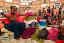 Photo of Miles de haitianos viven hacinados en gimnasio para huir de la guerra urbana